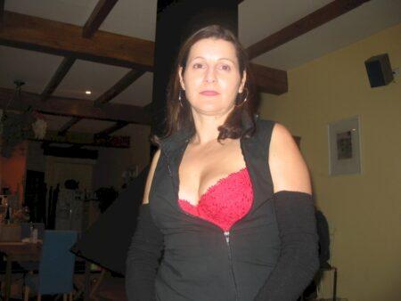 Femme cougar sexy seule qui a une grosse envie