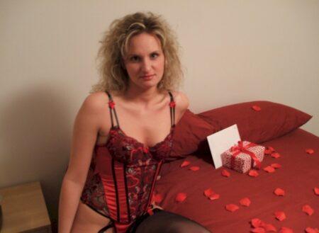 Femme infidèle sexy dominatrice pour coquin qui aime la soumission